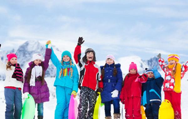 Kinder spielen im Schnee, Bewegung