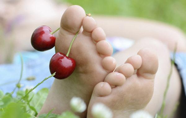 Sommer, Sonne, Ferien, KIrschen an den Füßen baumeln lassen