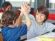 gemeinsam Lernen, Schulklasse, höhenverstellbarer Schreibtisch