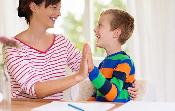 Eltern helfen - Kinder lernen - Schreibtisch