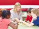 Konzentration,Kinder spielen, Schreibtisch, moll