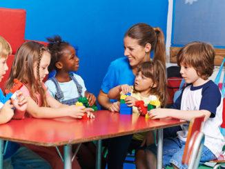 Kinderschreibtisch, moll, Gesundes Lernen, spielen, gemeinsam, Multi-Kulti, Vorurteile, Hautfarbe