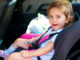 Kind sitzt in Kindersitz
